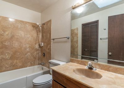 Hallway bathroom in Aiea Heights house for sale